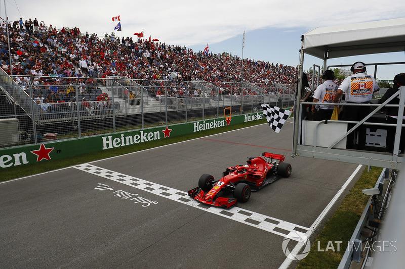 Sebastian Vettel, Ferrari SF71H, ve la bandera a cuadros como ganador
