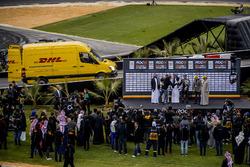Il vincitore David Coulthard riceve il suo trofeo sul podio