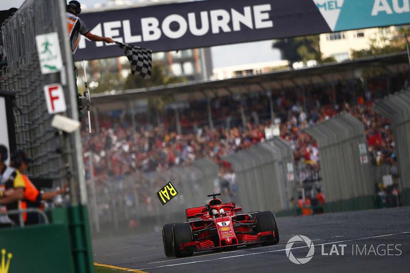 Vettel recebendo a bandeira quadriculada: Rádio: Belo trabalho, Seb. P1. Bem trabalhado. Vettel: Ótimo, pessoal, obrigado. Bela estratégia. Ótimo todos juntos. Estamos chegando lá, ainda temos lição de casa a fazer, mas estamos chegando lá.