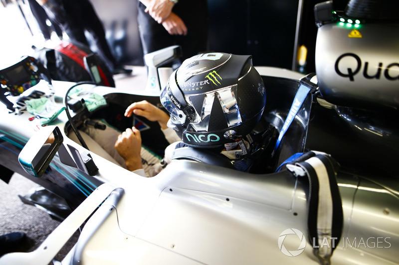 L'ex Campione del Mondo, Keke Rosberg e il figlio Nico Rosberg, si preparano per fare un giro del circuito al volante delle loro monoposto iridate