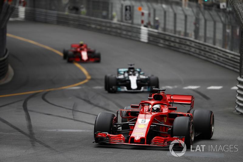 Себастьян Феттель, Ferrari SF71H, попереду Льюіса Хемілтона, Mercedes AMG F1 W09, Кімі Райкконена, Ferrari SF71H,