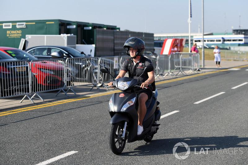 Kevin Magnussen, Haas F1 Team, su uno scooter
