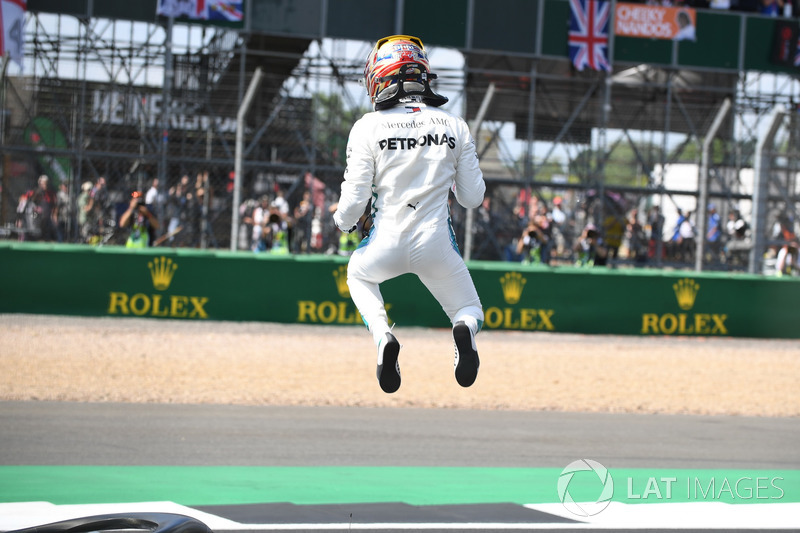 Le poleman Lewis Hamilton, Mercedes-AMG F1 dans le parc fermé