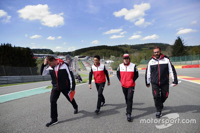 Fernando Alonso, Kazuki Nakajima, Toyota Gazoo Racing, caminan por la pista