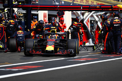Max Verstappen, Red Bull Racing RB14, makes a pit stop