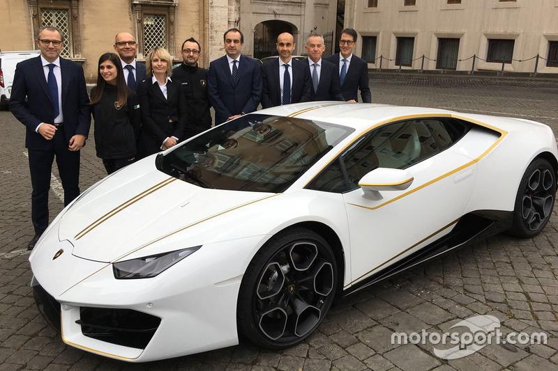 Stefano Domenicali, Lamborghini CEO en andere hoogwaardigheidsbekleders bij de Lamborghini Huracan