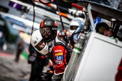 TDS Racing mecánico en el pit ane
