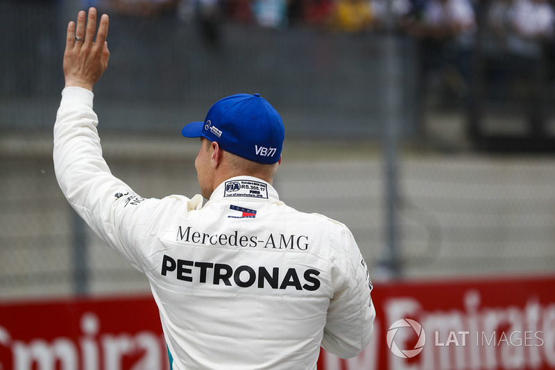 Il poleman Valtteri Bottas, Mercedes AMG F1, saluta i tifosi