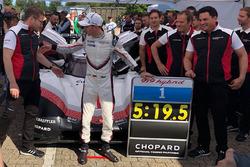 Porsche 919: Timo Bernhard con la placa de tiempo récord