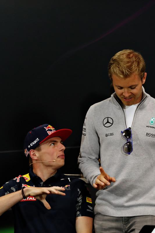 Max Verstappen, Red Bull Racing, im Gespräch mit Nico Rosberg, Mercedes AMG F1, vor der Pressekonferenz