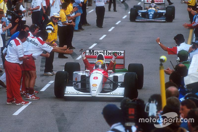 Ayrton Senna, McLaren celebra la 1ª posición en el camino el pit lane a parc ferme