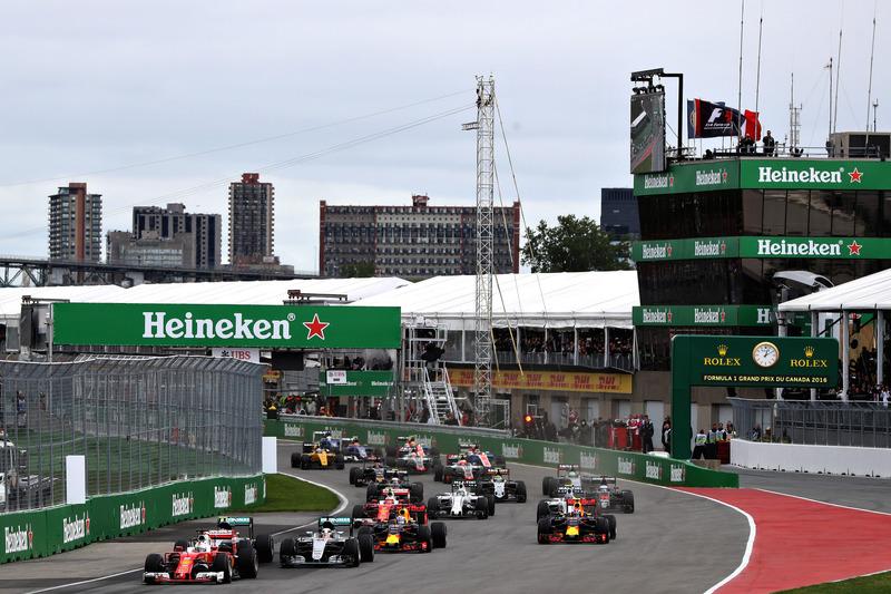 Себастьян Феттель, Ferrari SF16-H випереджає Ніко Росберга, Mercedes AMG F1 W07, Льюїса Хемілтона, Mercedes AMG F1 W07, Даніеля Ріккардо, Red Bull Racing RB12, Макса Ферстаппена, Red Bull Racing RB12 та інших на старті