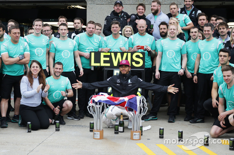 Переможець гонки Льюїс Хемілтон, Mercedes AMG F1, святкує разом з командою