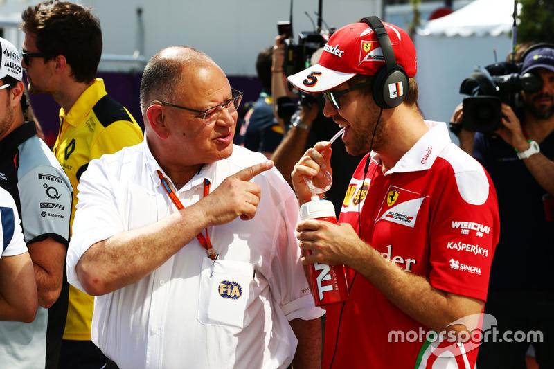 Pat Behar, FIA y Sebastian Vettel, Ferrari en el desfile de pilotos