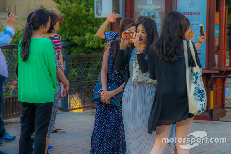 Туристы в Баку