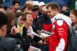 Себастьян Феттель, Ferrari, раздает автографы болельщикам