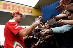 Sebastian Vettel, Ferrari, schreibt Autogramme für die Fans