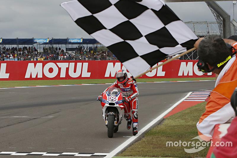 Андреа Довициозо, Ducati Team толкает мотоцикл к финишу