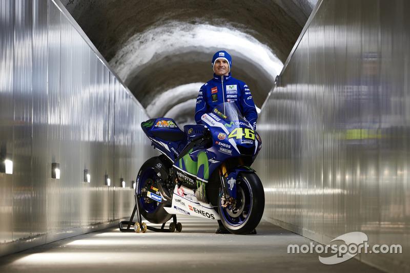 Movistar Yamaha MotoGP Teamdirektor Massimo Meregalli mit der 2016 Yamaha YZR-M1 von Valentino Rossi, Yamaha Factory Racing