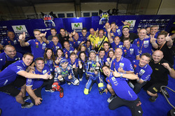 Sieger Valentino Rossi, Yamaha Factory Racing; 2. Jorge Lorenzo, Yamaha Factory Racing feiern mit de
