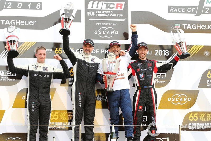 Podio: il Campione Gabriele Tarquini, BRC Racing Team Hyundai i30 N TCR, il secondo classificato Yvan Muller, YMR Hyundai i30 N TCR, il terzo classificato Esteban Guerrieri, ALL-INKL.COM Münnich Motorsport Honda Civic Type R TCR, Thed Björk, YMR Hyundai i30 N TCR