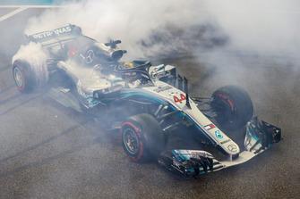 Ganador de la carrera Lewis Hamilton, Mercedes AMG F1 W09 EQ Power+, celebra haciendo donas