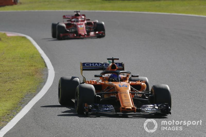 Fernando Alonso, McLaren MCL33 precede Sebastian Vettel, Ferrari SF71H