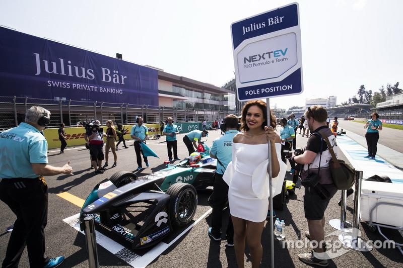 Gridgirl für Polesitter Oliver Turvey, NEXTEV TCR Formula E Team