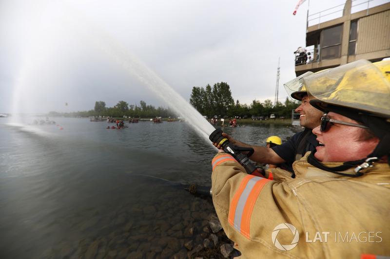 Пожежні поливають учасників