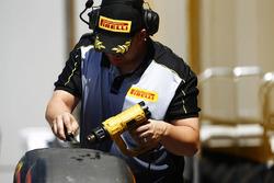 Инженер Pirelli работает с шинами Super Soft