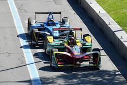 Даниэль Абт, ABT Schaeffler Audi Sport, и Себастьен Буэми, Renault e.Dams, заезжают на пит-лейн