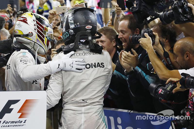 Nico Rosberg, Mercedes AMG F1, celebra en Parc Ferme tras acabar en segunda posición y ganar el campeonato con su compañero de equipo Lewis Hamilton, Mercedes AMG F1
