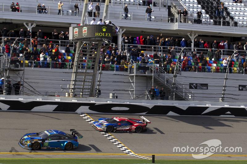 Bandera a cuadros para #66 Ford Performance Chip Ganassi Racing Ford GT: Joey Hand, Dirk Müller, Sébastien Bourdais