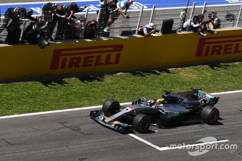 Ganador de la carrera Lewis Hamilton, Mercedes-Benz F1 W08 cruza la línea de meta