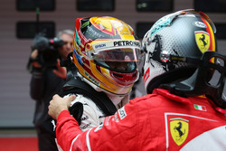 Sebastian Vettel, Ferrari, félicite Lewis Hamilton, Mercedes AMG, dans le parc fermé