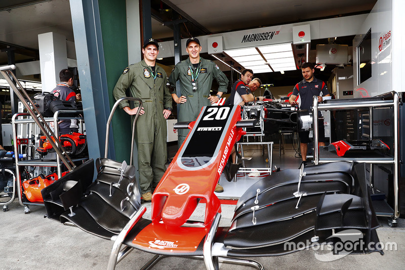 Miembros de la Royal Australian Air Force en el box de Haas