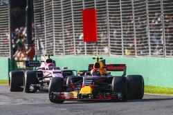 Max Verstappen, Red Bull Racing RB13, devant Esteban Ocon, Force India VJM10
