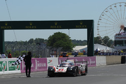 #2 Porsche LMP Team Porsche 919 Hybrid: Timo Bernhard, Earl Bamber, Brendon Hartley wint