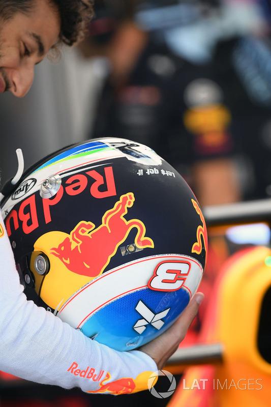 Daniel Ricciardo, Red Bull Racing RB13 y su casco