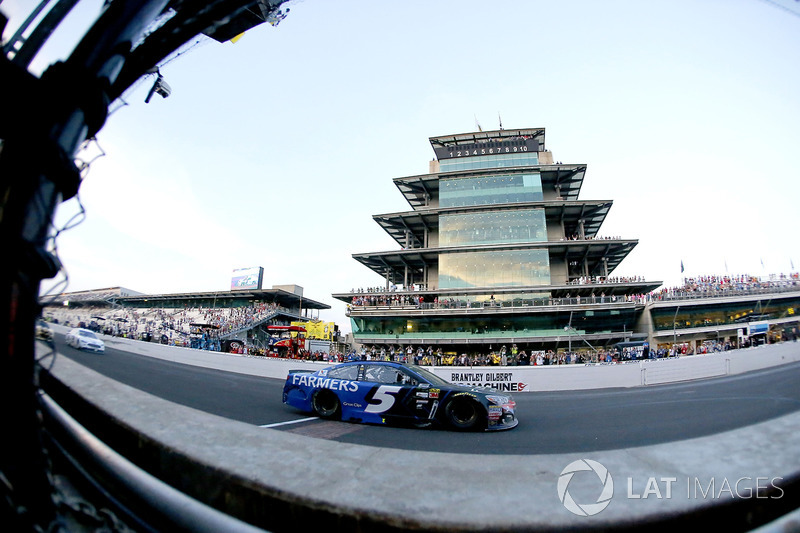 Kasey Kahne, Hendrick Motorsports Chevrolet takes the checkered flag