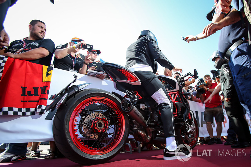 Льюіс Хемілтон, Mercedes AMG F1 на своєму мотоциклі MV Agusta Dragster RR LH44 Limited Edition