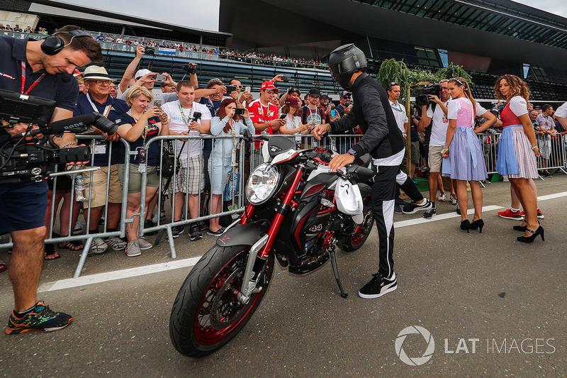 Lewis Hamilton, Mercedes AMG F1 en su MV Agusta Dragster RR LH44
