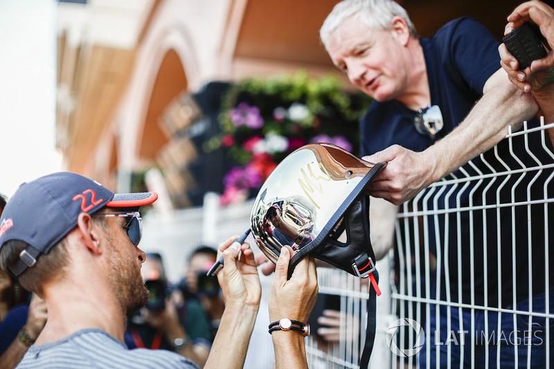 Дженсон Баттон, McLaren, роздає автографи