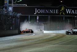 Sebastian Vettel, Ferrari SF70H, sort dans le premier tour alors que Lewis Hamilton, Mercedes AMG F1 W08, passe