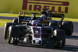Romain Grosjean, Haas F1 Team VF-17, Nico Hulkenberg, Renault Sport F1 Team RS17