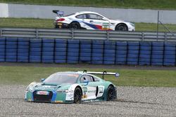 #28 Montaplast by Land-Motorsport Audi R8 LMS: Sheldon van der Linde, Kelvin van der Linde im Kies