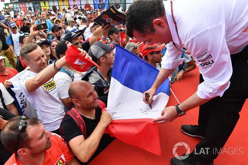 Eric Boullier, McLaren Racing Director memberikan tanda tangannya