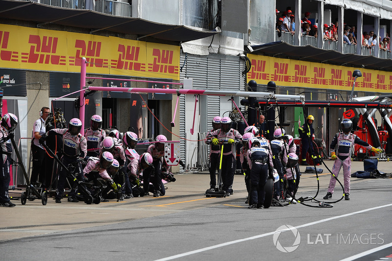 Meccanici Force India F1 in attesa di un pit stop
