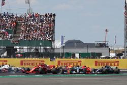Sebastian Vettel, Ferrari SF71H, mentre Kimi Raikkonen, Ferrari SF71H e Lewis Hamilton, Mercedes-AMG F1 W09, si scontrano alla partenza