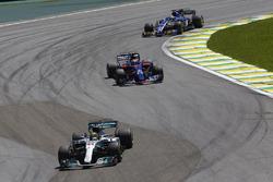 Льюис Хэмилтон, Mercedes AMG F1 W08, Пьер Гасли, Scuderia Toro Rosso STR12, и Маркус Эрикссон, Sauber C36
